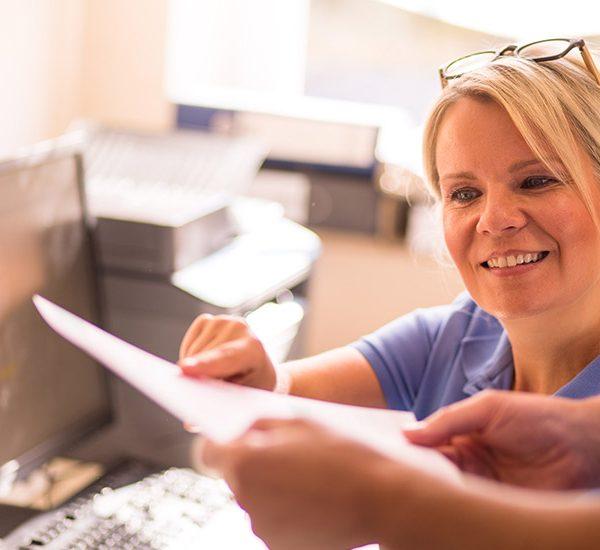 Zahnarzthelferin in der Zahnarztpraxis Nagel erklärt einer Kollegin etwas