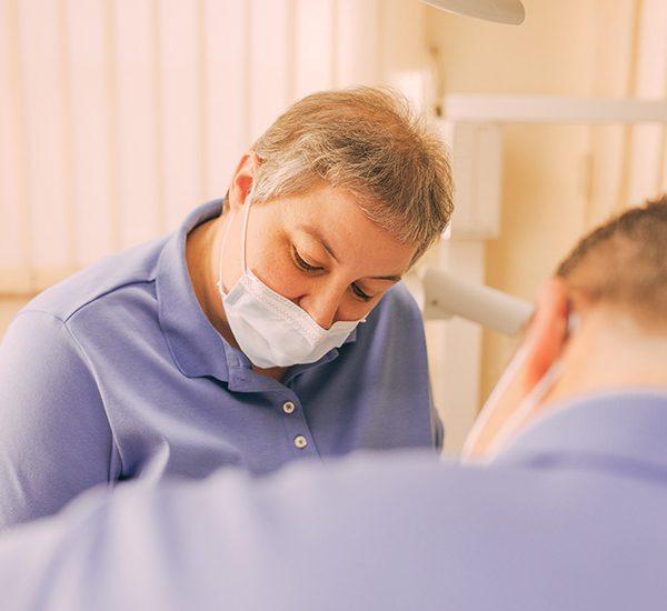 Zahnarzthelferin mit Mundschutz in der Zahnarztpraxis Nagel