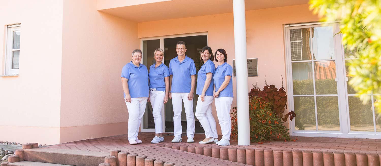 Team der Zahnarztpraxis Nagel in Themar steht vor dem Praxisgebäude